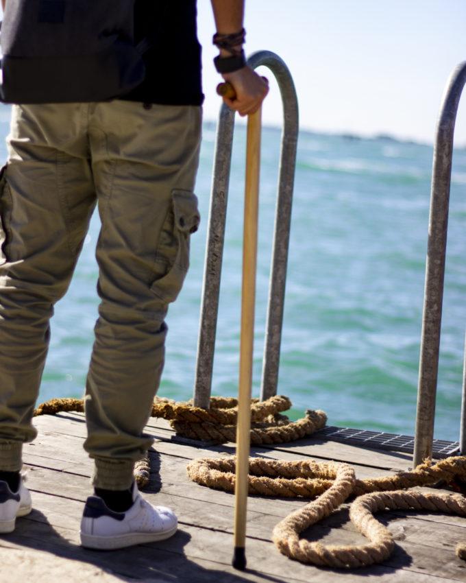 bastone da passeggio moderno in riva alla laguna di venezia